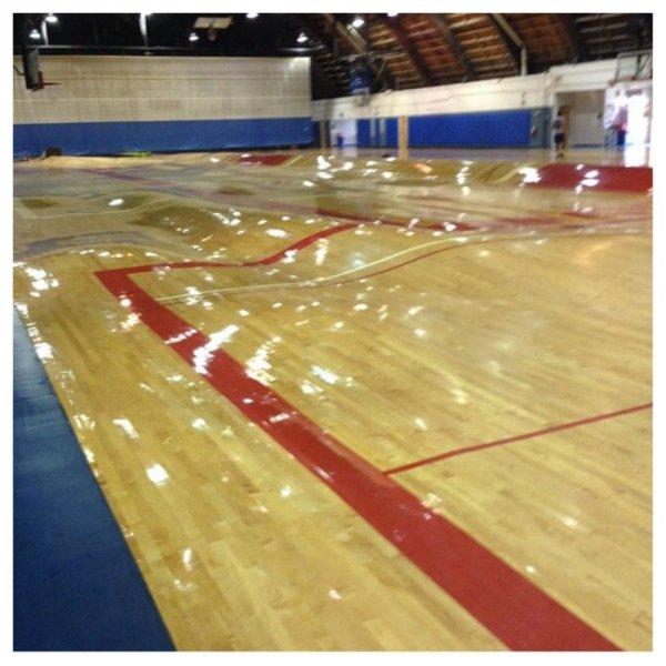 Вот что произошло с баскетбольным полем после прорыва труб
