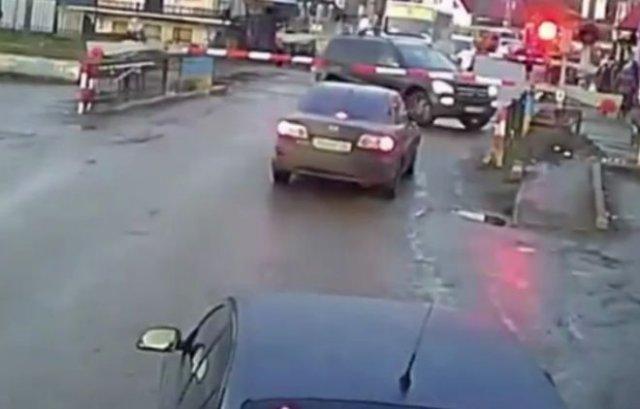 Водителя Mercedes в последнюю секунду выпустили с закрытого железнодорожного переезда