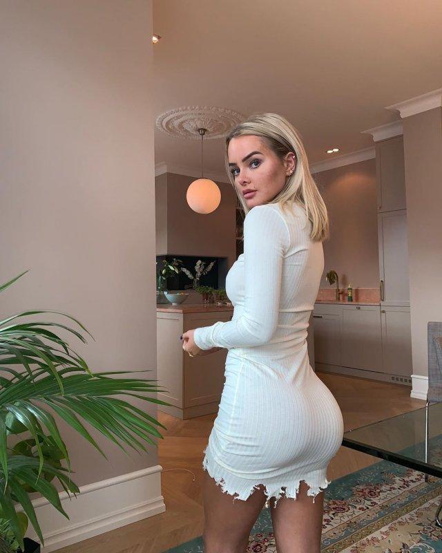 Певица Софи Элиз в белом платье