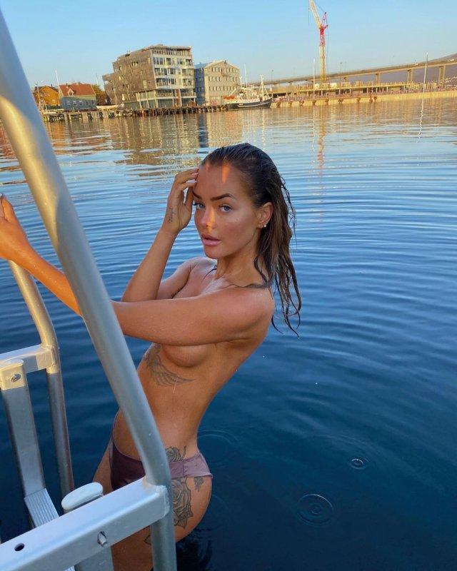 Певица Софи Элиз на яхте