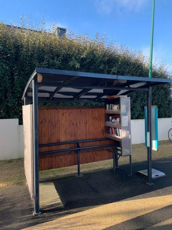 Автобусная остановка с мини-библиотекой во Франции