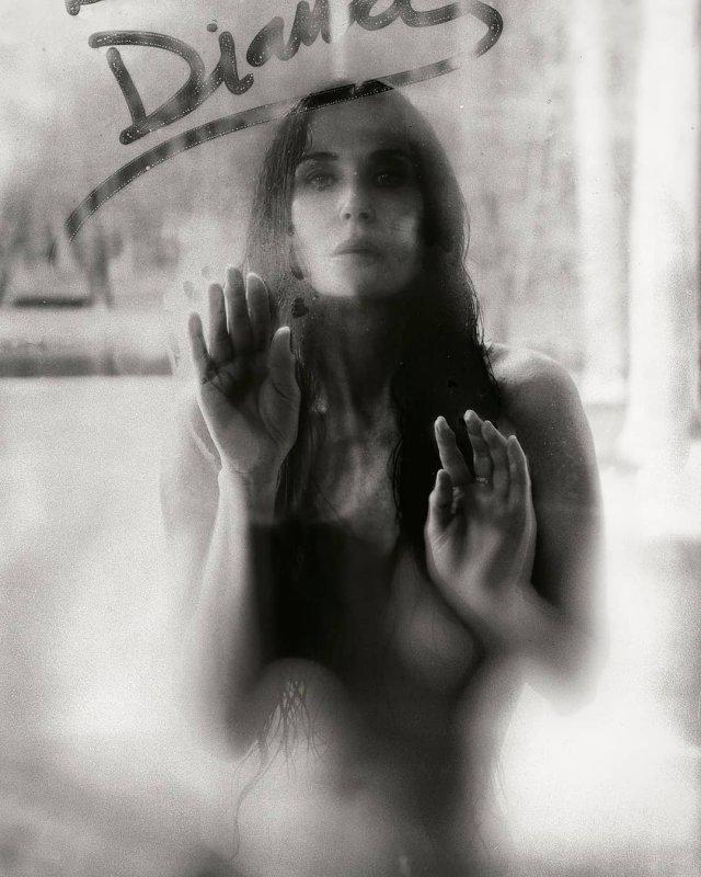 Деми Мур на фоне зеркала