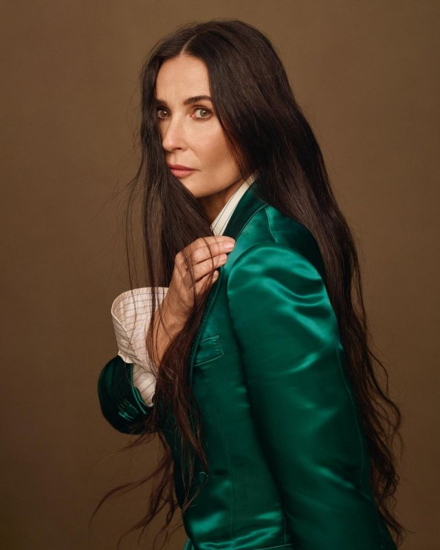 Деми Мур в зеленом пиджаке