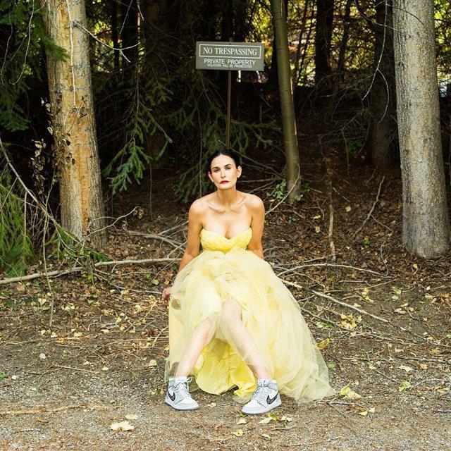 Деми Мур в желтом платье