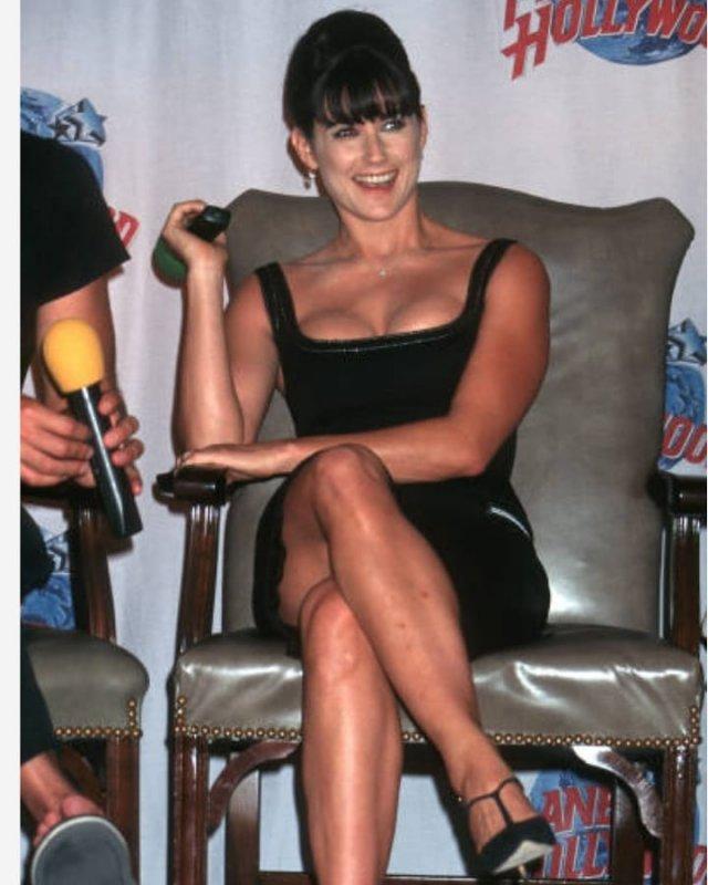 Деми Мур в черном платье