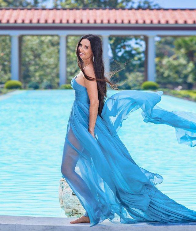 Деми Мур в синем платье