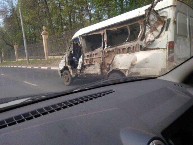 Разбитый автомобиль на дороге