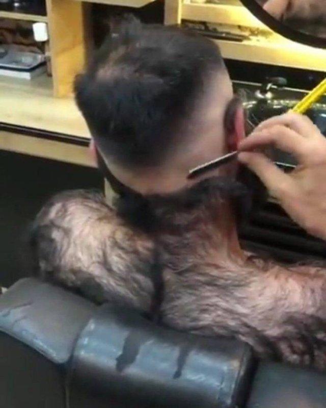 Решил побриться в парикмахерской