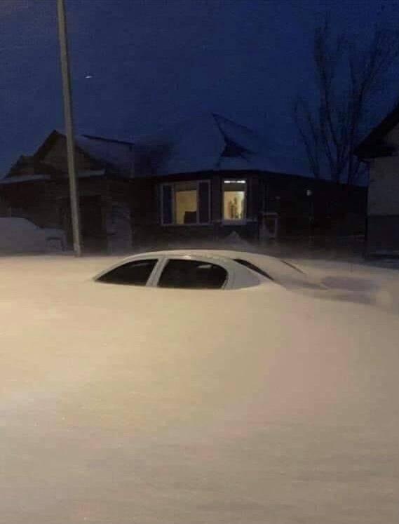 Машину замело снегом