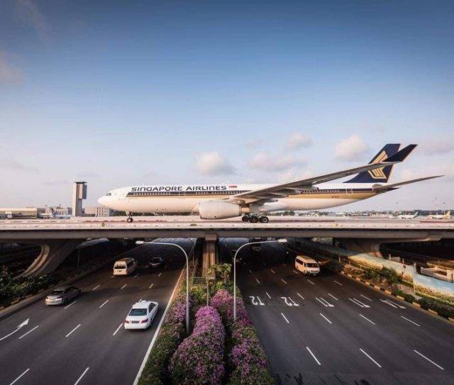 Самолет над дорогой