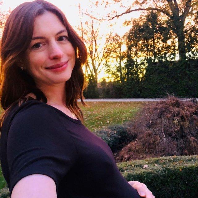 Энн Хэтэуэй в черной футболке