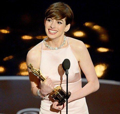 Энн Хэтэуэй в розовом платье получает Оскар
