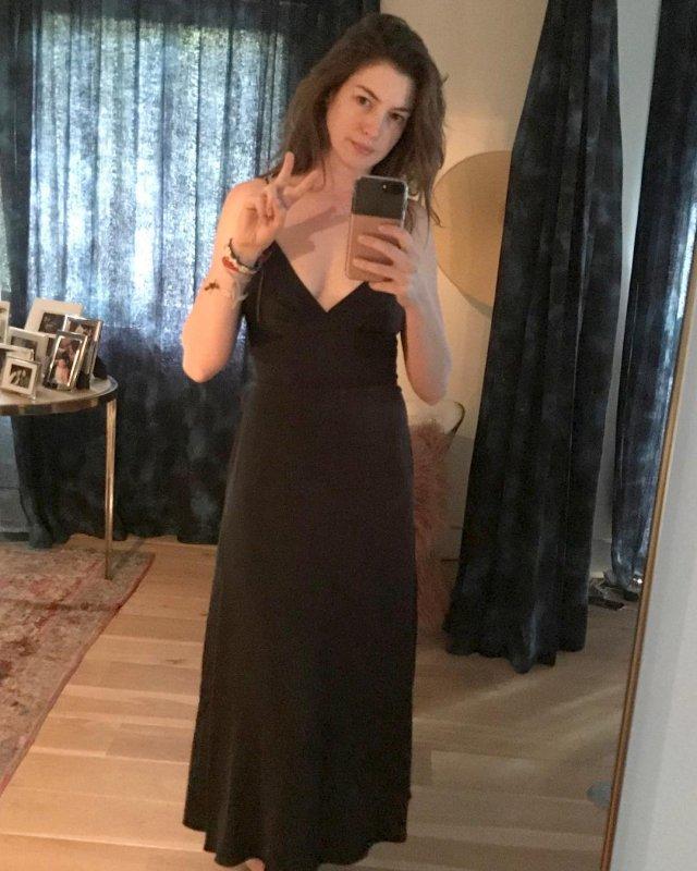 Энн Хэтэуэй в черном платье