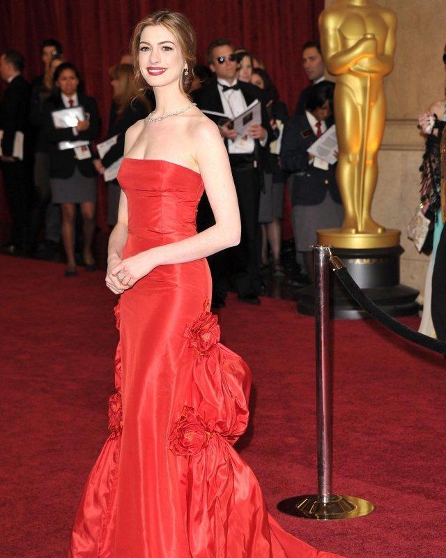 Энн Хэтэуэй в красном платье