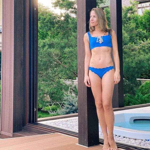 Юлия Ковальчук в синем купальнике