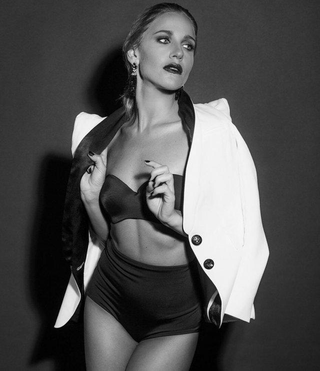 Юлия Ковальчук в темном нижнем белье