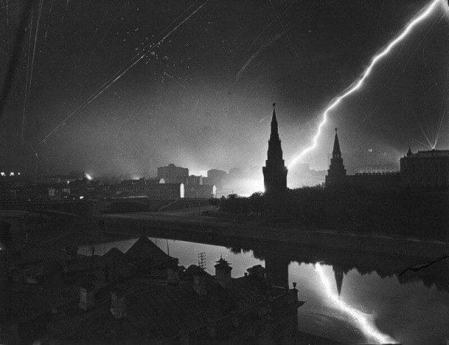 Москвичи специально гасили свет в окнах, чтобы сбить немецкую авиацию с толку во время битвы за столицу, 1941