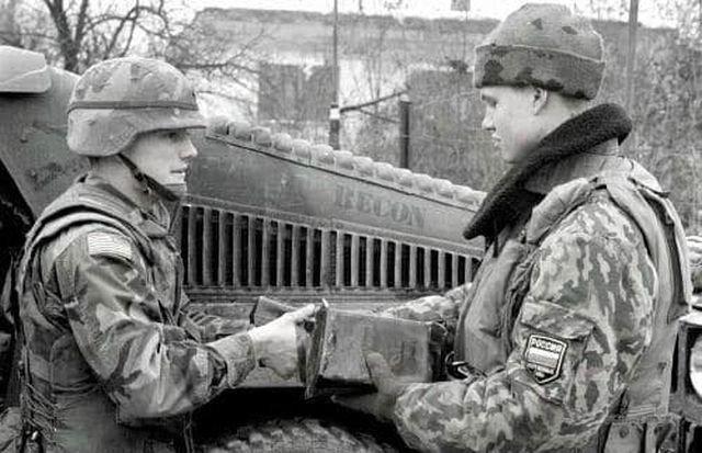 Американский миротворец угощает своим пайком российского коллегу