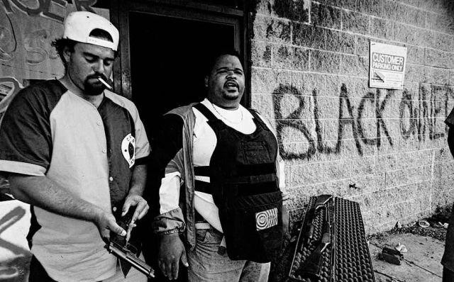 Наркоторговцы готовятся защищать свой магазин от мародеров
