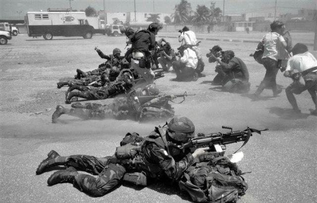 Журналисты фотографируют американских солдат во время вторжения на Гаити, Порт-о-Пренс, 1994 год.