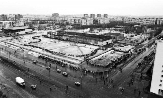 Извилистая очередь на «Ярмарку вакансий» на проспекте Просвещения, Санкт–Петербург, 1994 год.