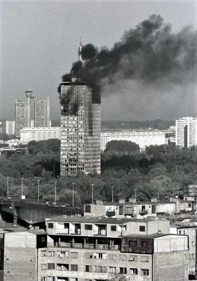 Здание в Белграде, горит после бомбардировки НАТО во время войны в Югославии, 1999 год.