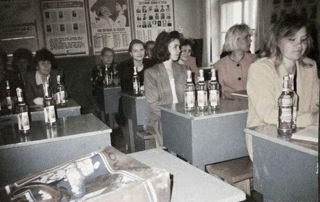 Выдача зарплаты водкой учителям. 1996 год.
