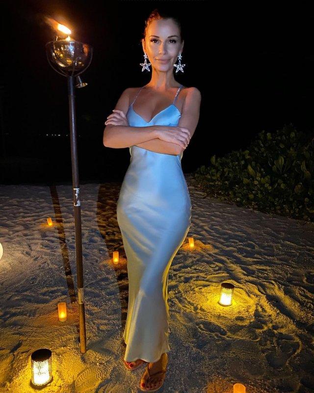 Ольга Орлова в шелковом платье на пляже