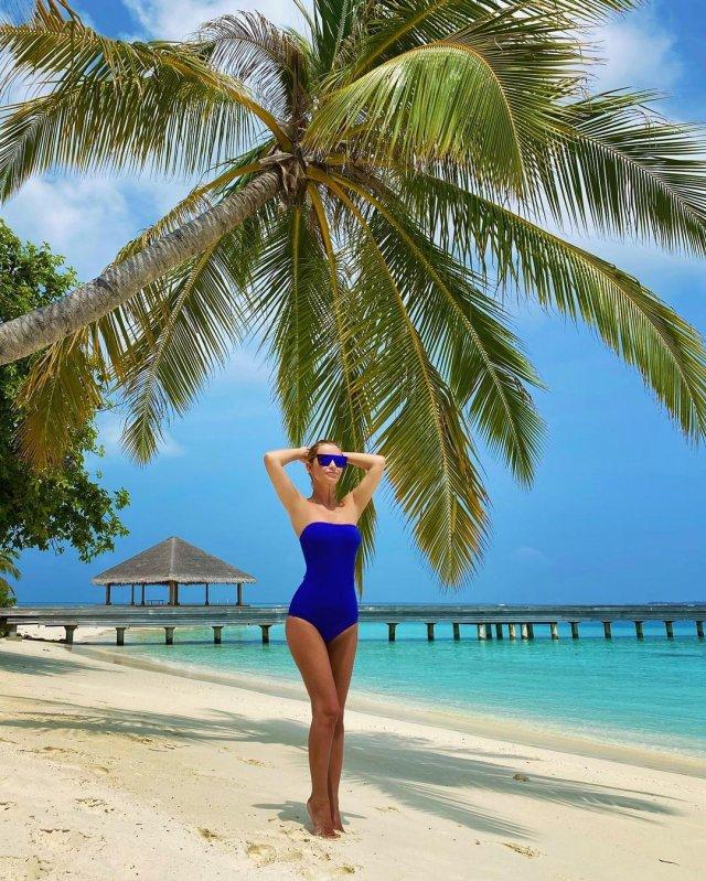 Ольга Орлова в синем купальнике на отдыхе
