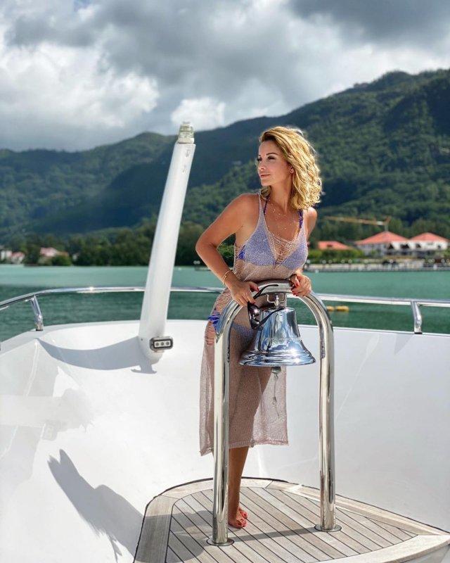 Ольга Орлова в тунике и купальнике на яхте