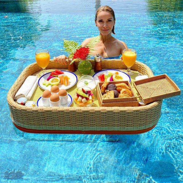 Ольга Орлова в бассейне за завтраком