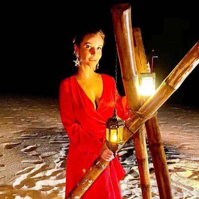 Ольга Орлова в красном платье на песке