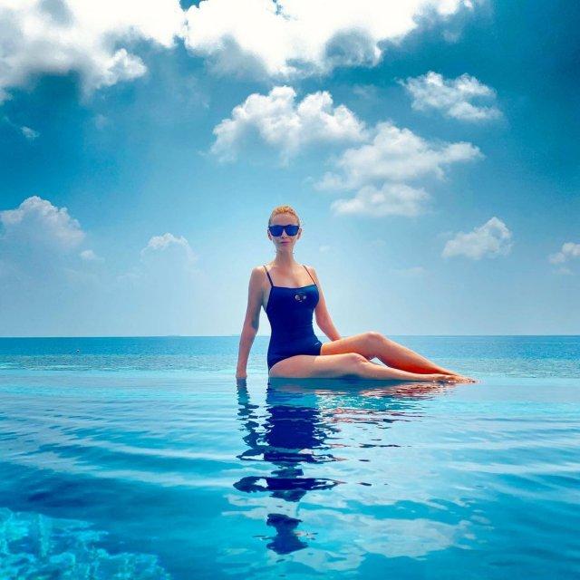 Ольга Орлова в синем купальнике в бассейне