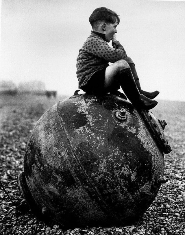 Мальчик, сидящий на морской мине. Великобритания, 1945 год.
