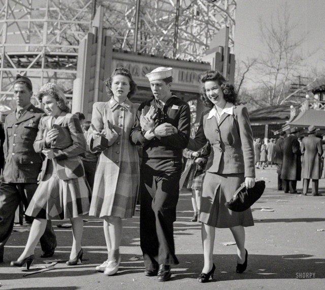 Военнослужащие и их девушки в парке развлечений Glen Echo. Округ Монтгомери, штат Мэриленд. Апрель 1943 года.