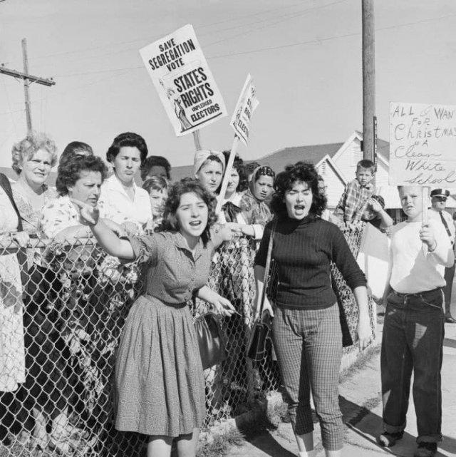 Протесты после того, как темнокожая девочка Руби Бриджес первой начала посещать школу для белых, 1960 год.
