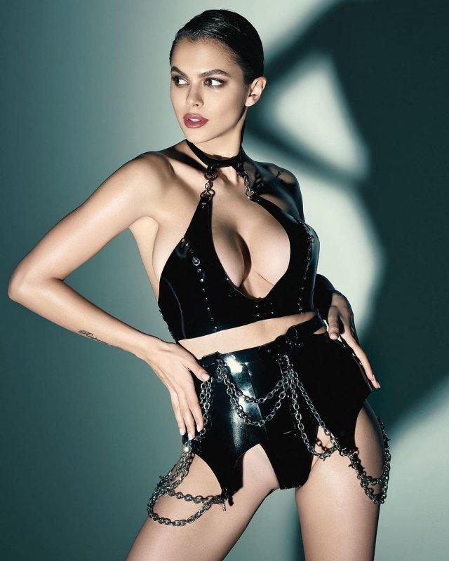 Вики Одинцова в черном платье