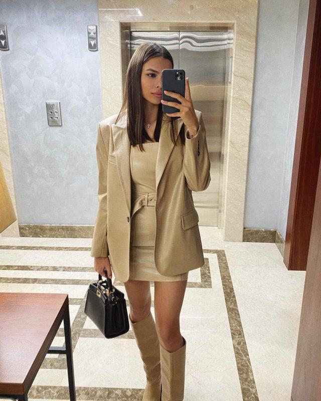Вики Одинцова селфи в зеркале
