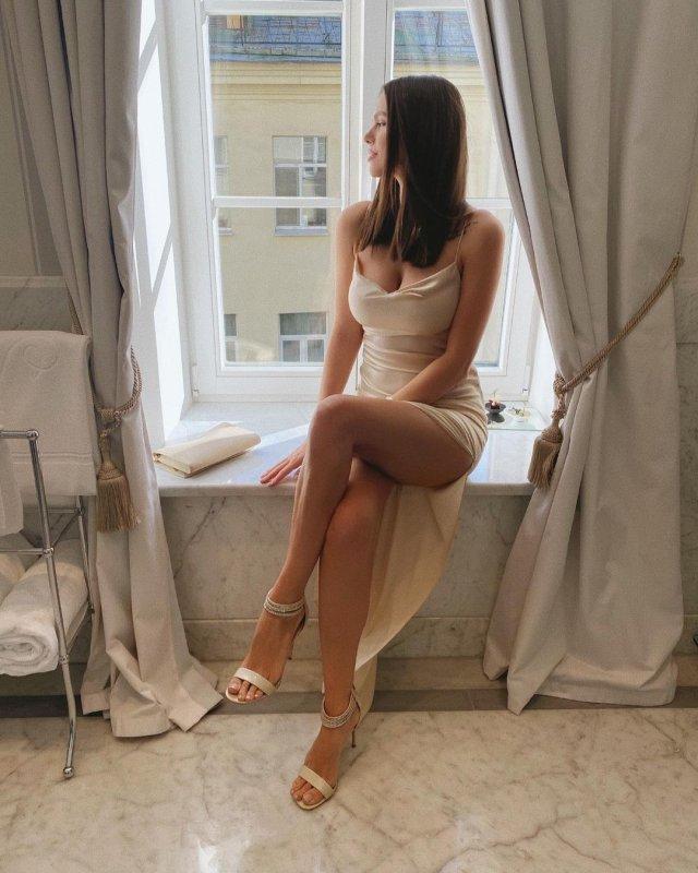 Вики Одинцова в платье на окне