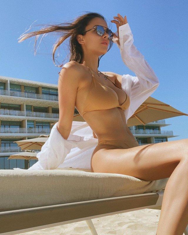 Вики Одинцова на отдыхе в бежевом купальнике