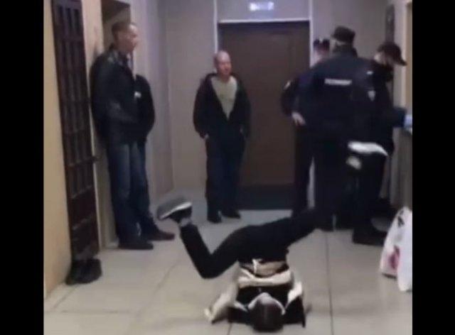 Неадекватное поведение задержанной девушки