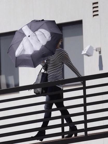 """Дженнифер Лоуренс всегда носит с собой зонтик с """"посланием"""""""