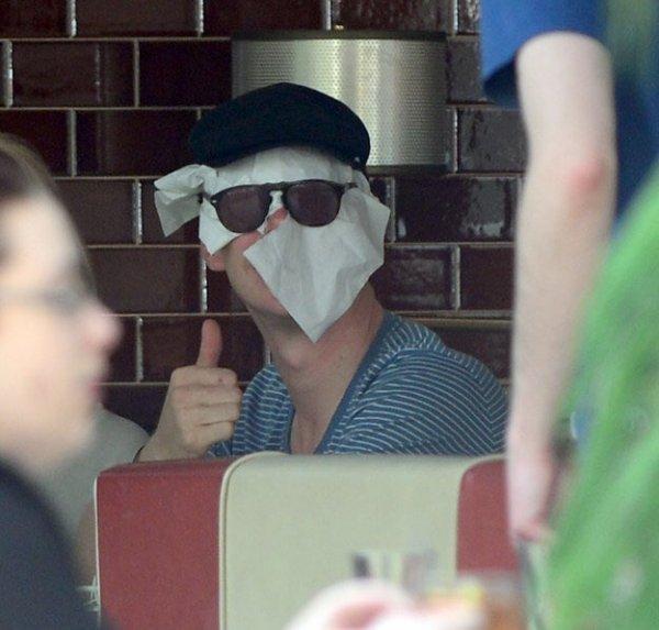 Бенедикт Камбербэтч может соорудить маску на скорую руку