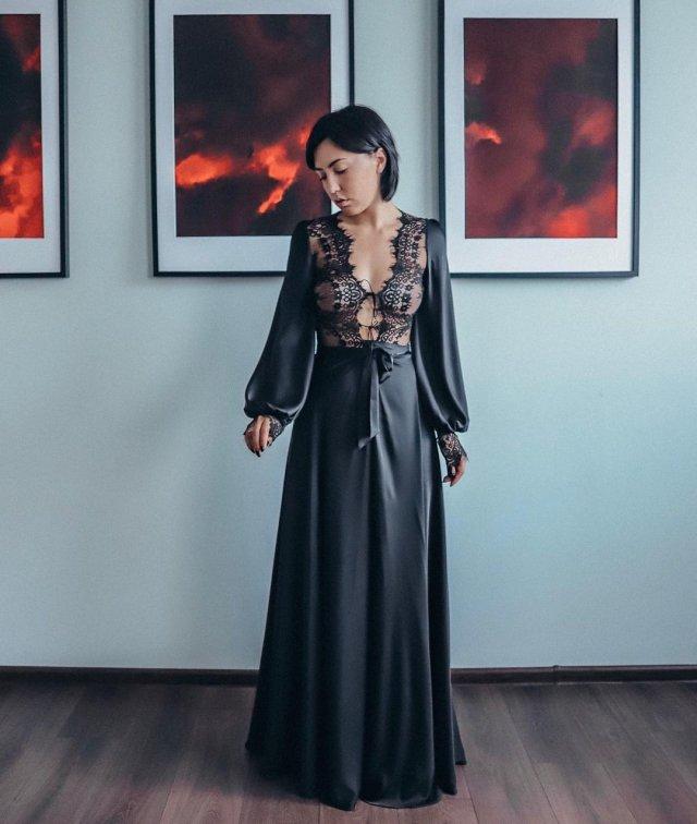 Ригина Гайсина - супруга блогера Евгения Кулика в черном платье