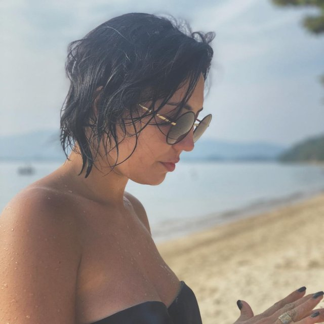 Ригина Гайсина - супруга блогера Евгения Кулика на пляже в купальнике