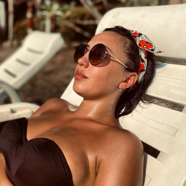 Ригина Гайсина - супруга блогера Евгения Кулика в черном купальнике и очках