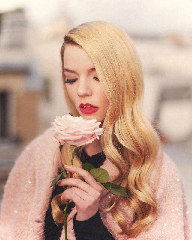 """Аня Тейлор-Джой - звезда сериала """"Ход Королевы""""  в розовом пальто"""