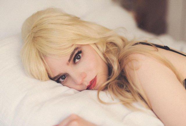 """Аня Тейлор-Джой - звезда сериала """"Ход Королевы"""" в образе блондинки"""