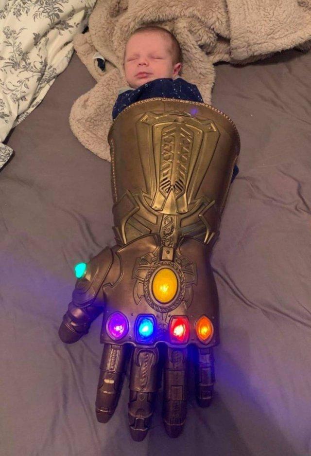 Ребенок в перчатке Таноса