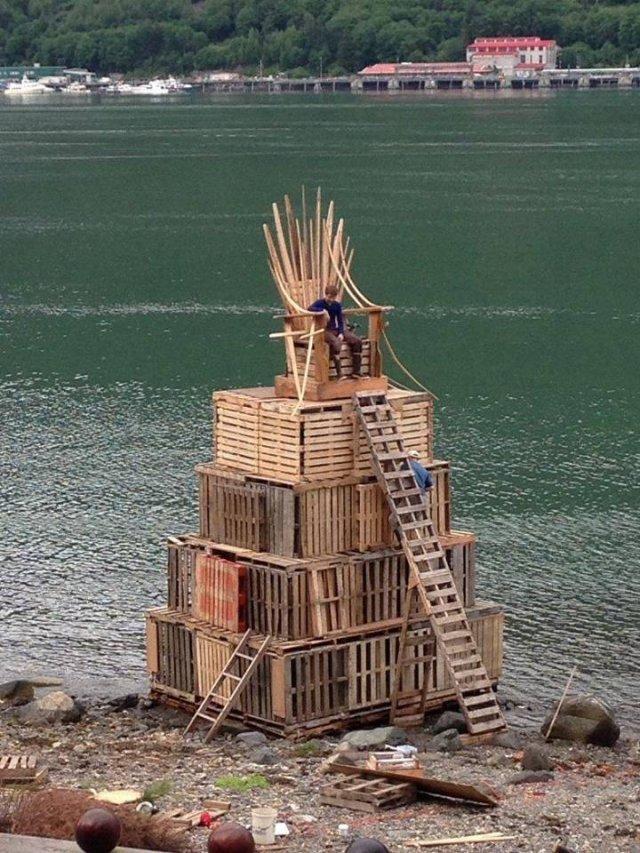 Трон из деревянных палетов